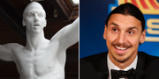 Zlatan Ibrahimovic t.h och en gipsversion av statyn. TT / Bildbyrån