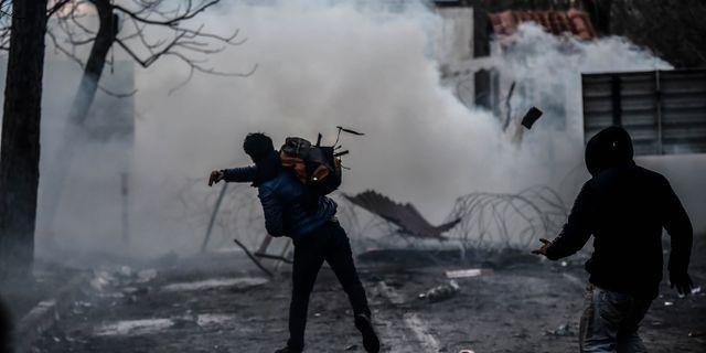 Tårgas och stenkastning vid grekiska gränsen. Ismail Coskun / TT NYHETSBYRÅN