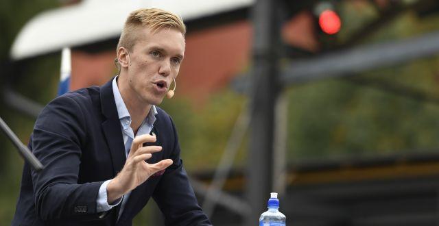 Gustav Kasselstrand, partiledare för Alternativ för Sverige, talar i Kungsträden i Stockholm. Erik Simander/TT / TT NYHETSBYRÅN