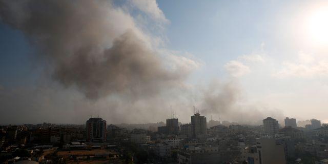 Bild från rök över Gaza i lördags efter flygattacker. Hatem Moussa / TT / NTB Scanpix