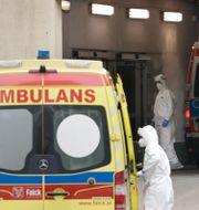 Ambulanspersonal utanför ett sjukhus i Warszawa i Polen. Czarek Sokolowski / TT NYHETSBYRÅN