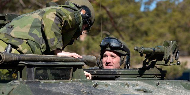 Stefan Löfven åkte med en stridsvagn 122 på Tofta skjutfält. Anders Wiklund/TT / TT NYHETSBYRÅN