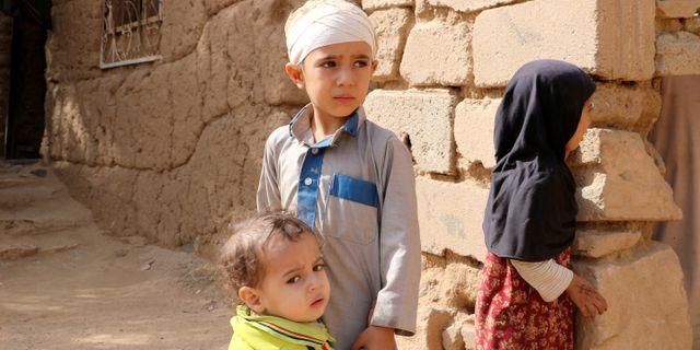 Mukhtar Hadi överlevde en flygattack som dödade dussintals barn i augusti förra året. Här med sin lillebror och syster i staden Saada. Bilden togs den 4 september 2018.  Naif Rahma / TT NYHETSBYRÅN