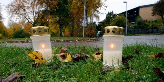Tända ljus vid platsen för dubbelmordet i Linköping. Arkivbild. Johan Nilsson / TT / TT NYHETSBYRÅN