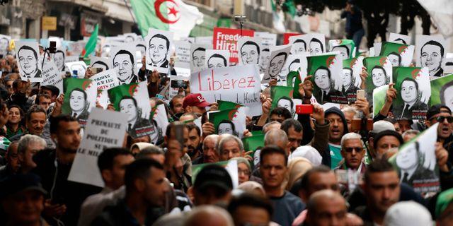 Protester mot den nytillträdde presidenten. Toufik Doudou / TT NYHETSBYRÅN