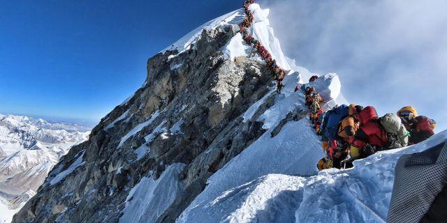 Människor köar på väg upp till Everests topp. HANDOUT / Project Possible