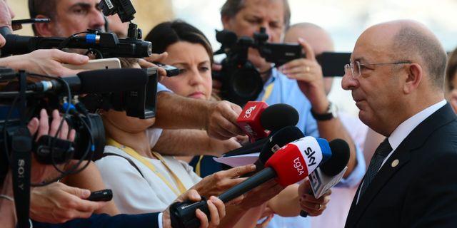 Maltas inrikesminister pratar med pressen efter ett möte där Tyskland, Frankrike, Italien och Malta enats om att man vill ha ett gemensamt avtal.  Jonathan Borg / TT NYHETSBYRÅN