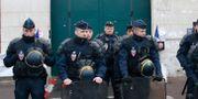 Poliser utanför fängelset Fresnes där Jawad Bendaoud väntades bli fängslad. Michel Euler / TT / NTB Scanpix