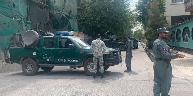 Afghansk polis på plats utanför moskén. Rahmat Gul / TT NYHETSBYRÅN