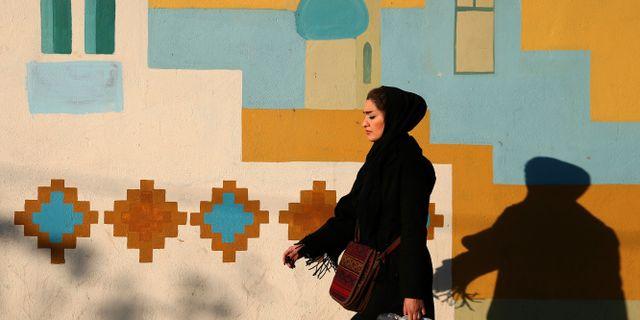 En iransk kvinna promenerar i Teheran, tisdag 8 december. Ebrahim Noroozi / TT / NTB Scanpix