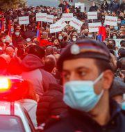 En polis bevakar protester mot fredsavtalet i Armenien.  Dmitri Lovetsky / TT NYHETSBYRÅN