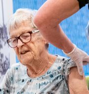 Karin Johannesson var först ut att få vaccin i Region Skåne.  Johan Nilsson/TT / TT NYHETSBYRÅN