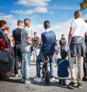 Folksamling i Botkyrka efter dödsskjutningen av en 12-åring/Anna König Jerlmyr. TT