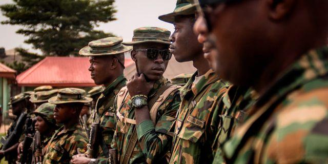Soldater i Nigeria patrullerar inför valet. CRISTINA ALDEHUELA / AFP
