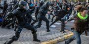 Polisen pressar tillbaka demonstranter i Barcelona. Santi Palacios / TT NYHETSBYRÅN/ NTB Scanpix
