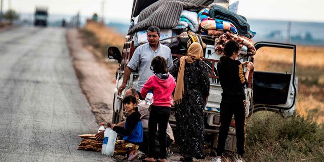 Syriska kurder flyr sina hem.  DELIL SOULEIMAN / AFP
