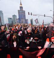 Bild från en demonstration i Warszawa igår Czarek Sokolowski / TT NYHETSBYRÅN