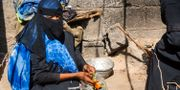 Kvinna i al-Hudaydah lagar mat. - / AFP
