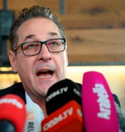 Heinz-Christan Strache på dagens pressträff. JOE KLAMAR / AFP