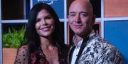 Jeff Bezos med nyhetsankaret Lauren Sánchez vid ett videoevent för Amazon Prime i Indien förra månaden. Rafiq Maqbool / TT NYHETSBYRÅN