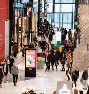 Interiör med besökare / kunder på Westfield Mall of Scandinavia i Solna, 30 oktober, 2020. Amir Nabizadeh/TT / TT NYHETSBYRÅN