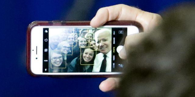 Joe Biden tar en selfie med universitetsstudenter. STEVE APPS / TT NYHETSBYRÅN/ NTB Scanpix