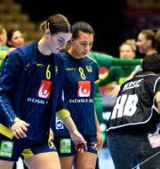 Carin Strömberg och Jamina Roberts deppar efter gårdagens förlust. LUDVIG THUNMAN / BILDBYRÅN