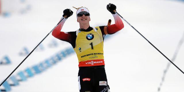 Johannes Thingnes Bø jublar efter segern. Petr David Josek / TT NYHETSBYRÅN