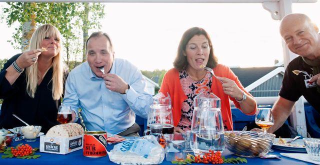 Britta Bergström, statsminister Stefan Löfven (S), Karin Enström (M) och Stefan Sauk vid surströmmingspremiären i Kallax 2016. Susanne Lindholm/TT / TT NYHETSBYRÅN