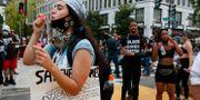 Demonstrant blåser såpbubblor mot polisen i samband med en demonstration.  Jacquelyn Martin / TT NYHETSBYRÅN