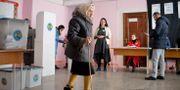 En äldre kvinna i en vallokal i Moldavien  Andreea Alexandru / TT NYHETSBYRÅN