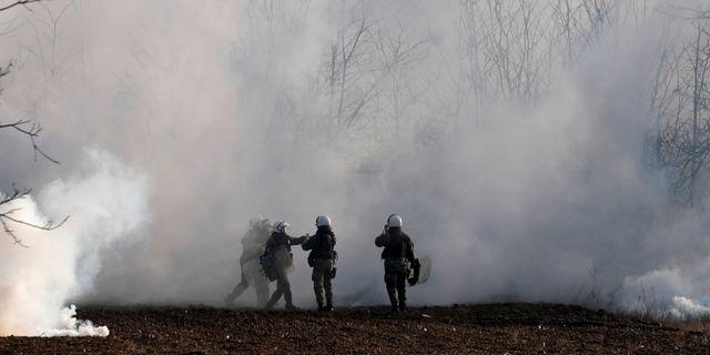 Tårgas mot migranter vid gränsen. FLORION GOGA / TT NYHETSBYRÅN