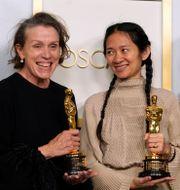 Frances McDormand och Chloe Zhao med Nomadlands Oscars-statyetter Chris Pizzello / TT NYHETSBYRÅN