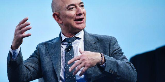 Är det så man håller bollen? Bezos vill köpa ett NFL-lag, uppger källor för CBS Sports. MANDEL NGAN / AFP