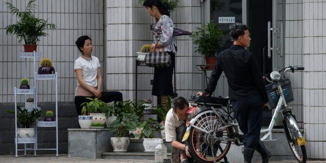 Illustrationsbild: Folk utanför en butik i Nordkoreas huvudstad Pyongyang.  ED JONES / AFP