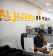 Ett av Al Jazeeras kontor/Polis i Tunisien försöker lugna demonstranter tidigare under sommaren. TT