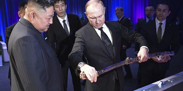 Rysslands president  Vladimir Putin presenterar ett koreanskt svärd för Nordkoreas diktator Kim Jong Un under deras möte i Vladivostok. TT