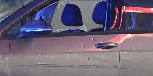 Skotthål på bilen. Claudio Bresciani/TT / TT NYHETSBYRÅN