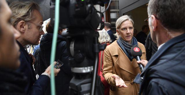 Miljöpartiets Karolina Skog (MP) intervjuas av journalister efter samtalen idag. Jessica Gow/TT / TT NYHETSBYRÅN