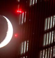 Månen passerar ECB:s högkvarter i Frankfurt. Arkivbild. Michael Probst / TT NYHETSBYRÅN