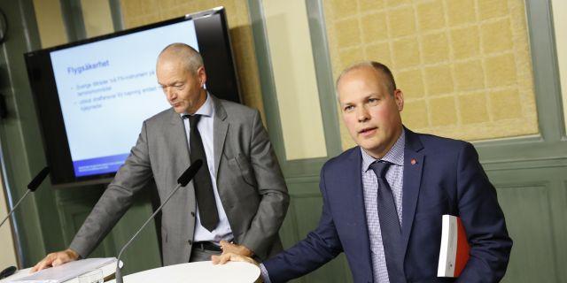 Lars Werkström, särskild utredare, och Morgan Johansson, justitie- och migrationsminister (S), presenterar förslaget på en pressträff.  Christine Olsson/TT / TT NYHETSBYRÅN