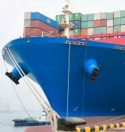 Illustrationsbild: Ett containerfartyg i en hamn i kinesiska Qingdao.  CHINA DAILY / TT NYHETSBYRÅN