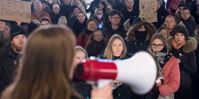 Flera hundra personer demonstrerar mot den friande domen gällande gruppvåldtäkten Fittja. Arkivbild. Johan Nilsson/TT / TT NYHETSBYRÅN