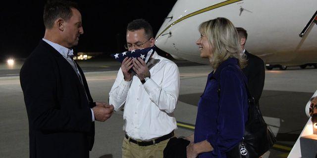Pastorn Andrew Brunson mellanlandar på en flygplats i Tyskland på väg från Turkiet till USA.  Richard Grenell