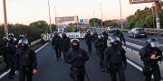 Demonstranter går via motorvägen in mot Barcelona. Emilio Morenatti / TT NYHETSBYRÅN