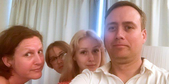 Thomas Strandvik är fast tillsammans på hotellet i Teneriffa med sin fru Harriet och barnen Daniel och Emilia. Privat