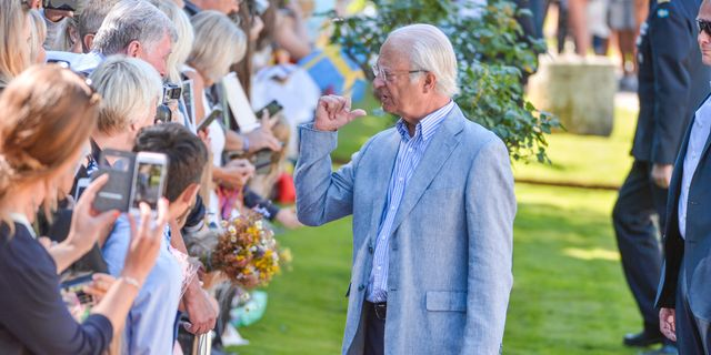 Kung Carl Gustaf pratar några av de besökare som kommit till Solliden för att fira kronprinsessan Victoria. Vilhelm Stokstad/TT / TT NYHETSBYRÅN