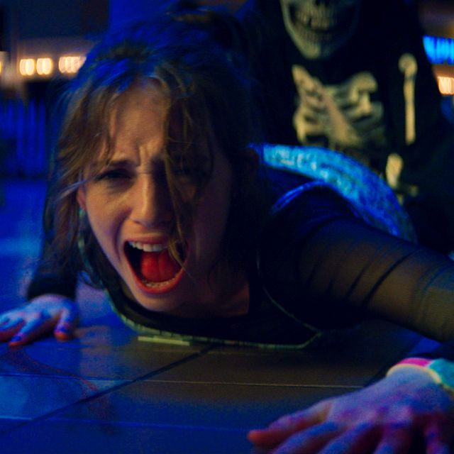 """This image released by Netflix shows Maya Hawke in a scene from """"Fear Street Part 1: 1994,"""" a three-part film series on Netflix. TT NYHETSBYRÅN"""