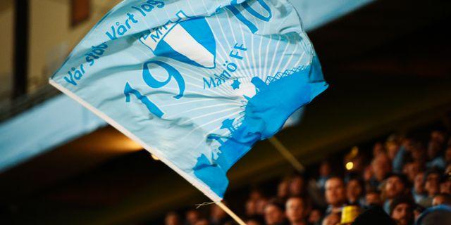 Malmös fans viftar med flaggor på läktarna och firar det nya SM-guldet, 27 oktober. Emil Langvad/TT / TT NYHETSBYRÅN