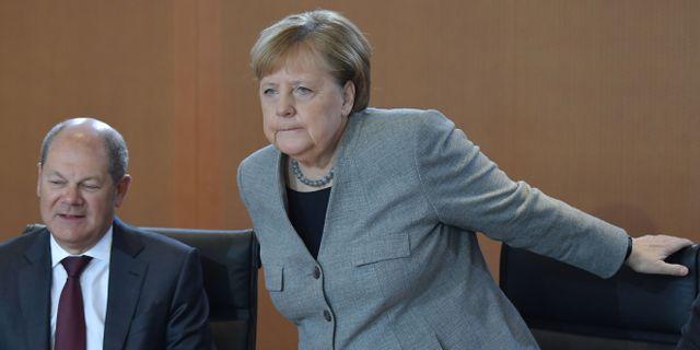 Förbundskansler Angela Merkel med finansminister Olaf Scholz.  TOBIAS SCHWARZ / AFP